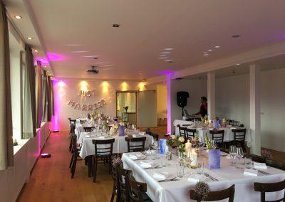 Basislager Schliersee Hochzeit Tische mit Licht