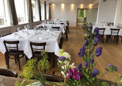 Basislager Schliersee Hochzeit Tische-Blumen