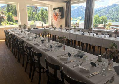 Basislager Schliersee Hochzeit Tisch eingedeckt U-Form