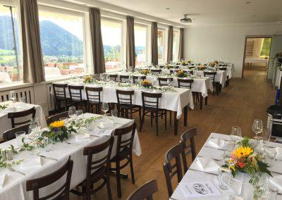 Basislager Schliersee bayerisch Tische eingedekt Tafeln seitlich